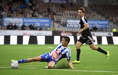 Roni Peiponen (vas.) tositoimissa HJK:n riveissä elokuussa 2016. Peiposen uraa varjostivat sitkeät loukkaantumiset.