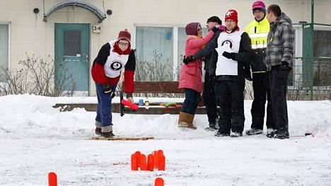 Ulkomaiset yliopisto-opiskelijat tutustuivat lumimölkyn pelaamisen helmikuussa 2014 Helsingin Talissa.