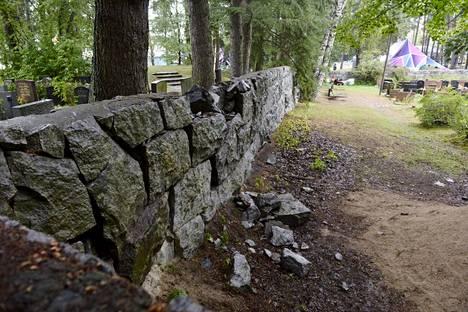 Luterilaisen ja juutalaisen seurakunnan välissä oleva muuri sortui osin viikonloppuna.
