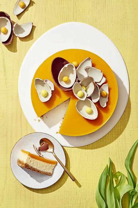 Juustokakku paistetaan miedossa lämmössä, jotta pehmeä rakenne säilyy ja kakku ei rupea halkeilemaan.