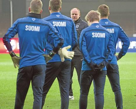 Päävalmentaja Mixu Paatelainen antoi pelaajilleen ohjeita viimeistelyharjoituksissa perjantaina Olympiastadionilla.