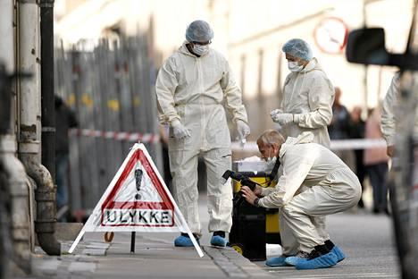 Rikostutkijat kuvasivat ammuskelupaikkaa Kööpenhaminassa tiistaina.