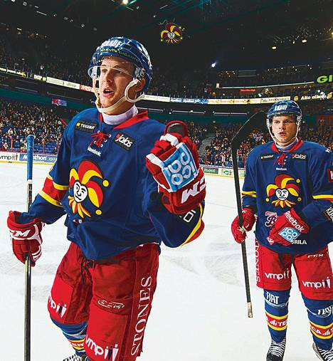 Henrik Koivisto (vas.) ryntäsi päin pleksiä maalinsa jälkeen ja sai onnittelut joukkuekavereilta.