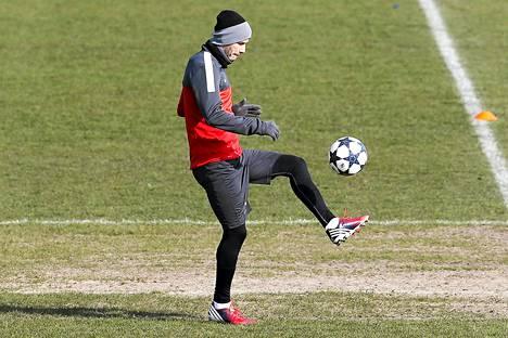 David Beckham pallotteli eilen PSG:n harjoituskeskuksessa.
