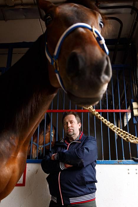 Moshulu on kolmivuotias lämminveritamma ja Jussi Lähde 47-vuotias Hevosurheilu-lehden päätoimittaja.