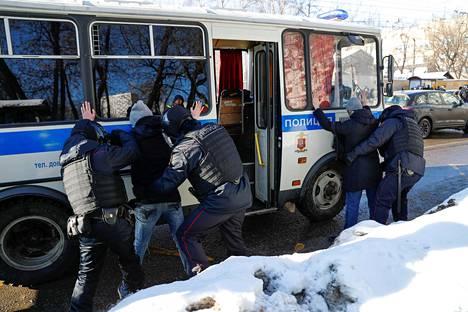 Oikeudenkäyntiä seuraamaan tulleita ihmisiä pidätettiin ja kerättiin busseihin tiistaina päivällä Moskovassa.