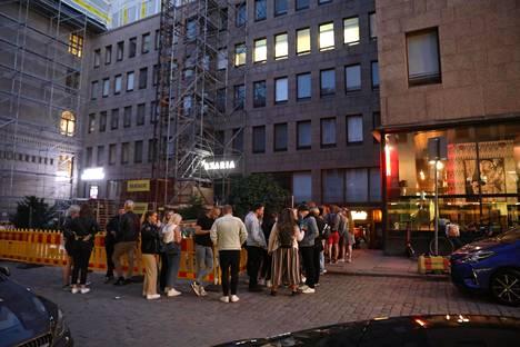Asiakkaat jonottivat Helsingin Heidi's Bier Bariin viime kesäkuussa.