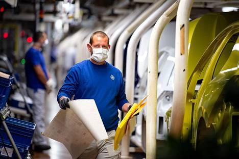 Saksalainen autojätti Volkswagen käynnisti maanantaina tuotannon Wolfsburgin-tehtaallaan.