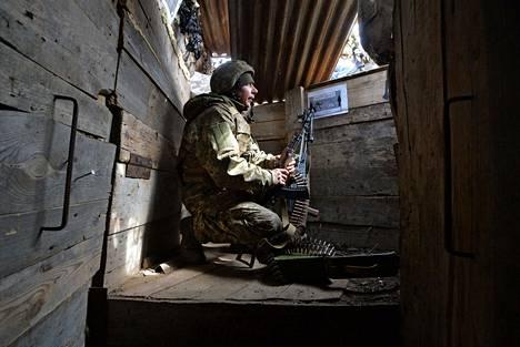 Ukrainalainen sotilas valvoi niin sanottu Minskin tulitaukolinjaa juoksuhaudassa Piskyn kylän lähellä Itä-Ukrainassa torstaina.