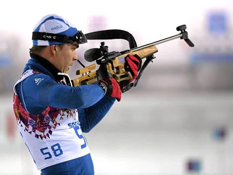 Ahti Toivanen sijoittui kahdella ohilaukauksella pikamatkalla 46:nneksi Östersundissa. Kuva on Sotšin olympialaisista.