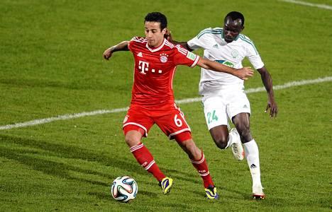 Bayern Münchenin Thiago Alantara ohitti Raja Casablancan Vianney Madiben.