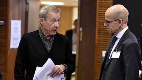Emeritusprofessori Sixten Korkman ja valtiovarainministeriön kansliapäällikkö Martti Hetemäki virkamiespuheenvuoron julkistamistilaisuudessa.