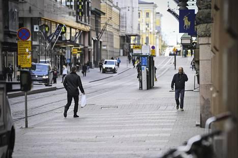 Kulkijoita Aleksanterinkadulla Helsingin keskustassa 20. toukokuuta.