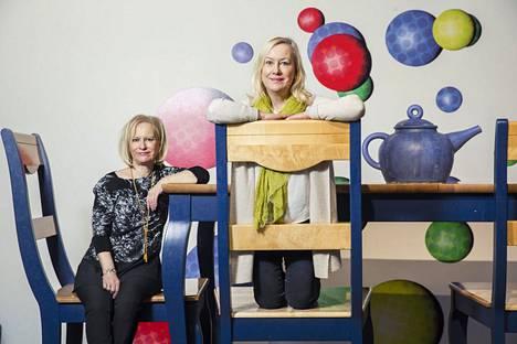 Sinikka (vas.) ja Tiina Nopola loivat yhdessä Suomen lasten rakastamat kirjat Heinähatusta ja Vilttitossusta sekä Risto Räppääjästä. Sisarukset kuvattiin Heurekassa vuonna 2014.