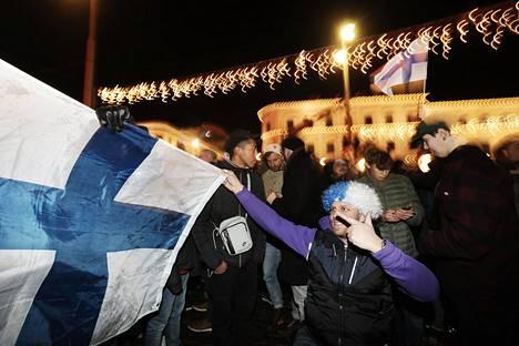 Suomalaiskannattajat juhlivat Suomen miesten jalkapallojoukkueen ensimmäistä EM-kisapaikkaa Havis Amandalla marraskuussa 2019.