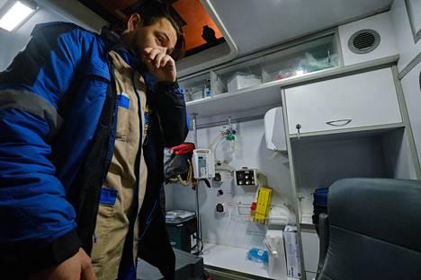 Ambulanssilääkäri Vadim Šanin Coris-yhtiön ambulanssissa.