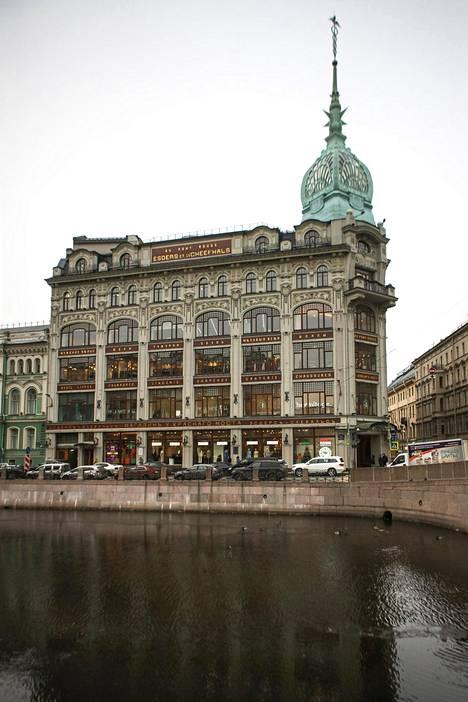Au Point Rouge -tavaratalo sijaitsee Moikajoen rannalla Pietarissa. Tavaratalon alakerrassa on Prisma.