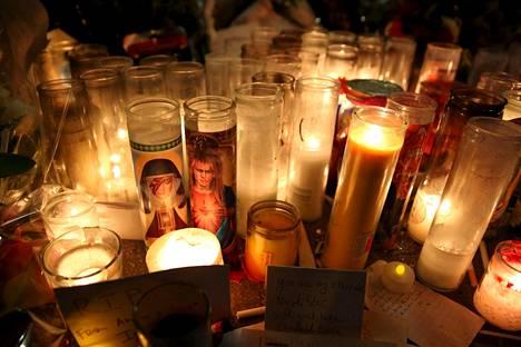 Kynttilät paloivat David Bowien Manhattanilla sijainneen New Yorkin -kodin edustalla torstaina.