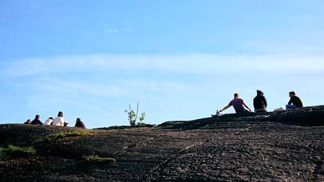Helsingissä on jo viime päivinä ollut kesäisiä säitä. Hengitystieinfektioilla on tapana rauhoittua tähän aikaan vuodesta, mutta tutkijoiden mukaa korona viruspandemian tilanteessa kausivaihtelulla ei ole paljoa merkitystä, jos säällä ylipäätään on vaikutusta koronavirukseen.