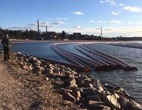 Hietaniemen uimarannan edessä olevat viemäriputket on ankkuroitu odottamaan työmaan edistymistä. Kuva on lukijan ottama.