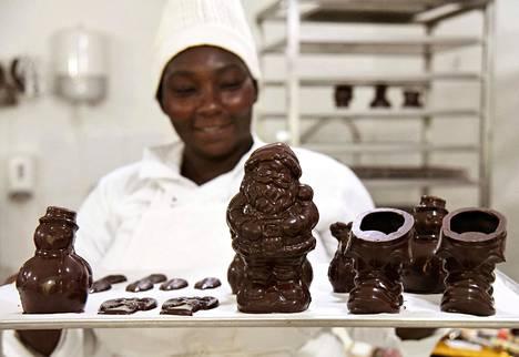 Norsunluurannikolla sijaitsevassa suklaatehtaassa viimeisteltiin jouluherkkuja joulun alla.