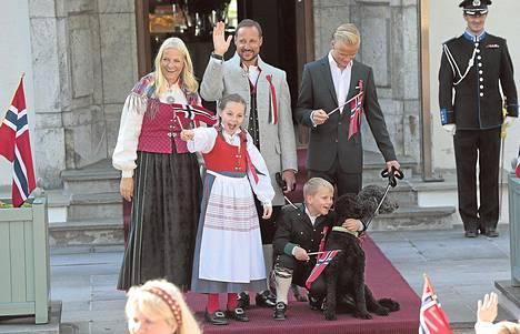 Kruununprinsessa Mette-Marit ja kruununprinssi Haakon juhlivat lastensa prinsessa Ingrid Alexandran, prinssi Sverre Magnusin ja Mette-Maritin pojan Marius Borg Høibyn kanssa lauantaina Oslossa.