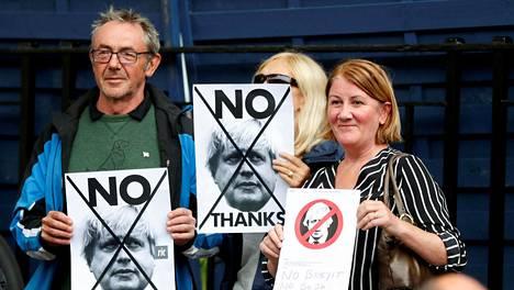Joukko skotlantilaisia buuasi maanantaina Britannian pääministerille Boris Johnsonille Edinburghissa.