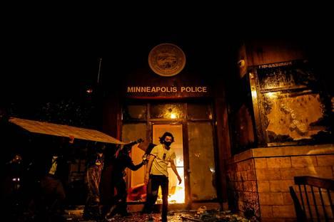 Minneapolisin kolmannen poliisipiirin asema sytytettiin palamaan.