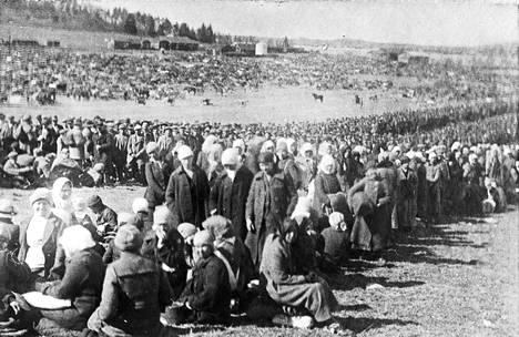 Fellmanin peloille lähelle Lahden nykyistä keskustaa tuotiin noin 20 000 ihmistä. Joukko koostui pääasiassa punaisten länsiarmeijasta siviilipakolaisineen.