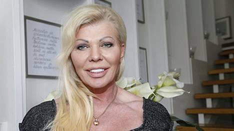 Yrittäjä Tiina Jylhä on solminut noin viiden miljoonan euron kaupan Huoltovarmuuskeskuksen kanssa kasvosuojaimista.