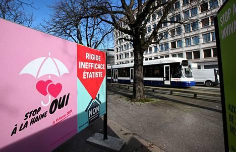"""Lakimuutosta puoltavassa kampanjajulisteessa lukee """"lopeta viha, kyllä"""". Kuva on otettu Genevessä torstaina."""