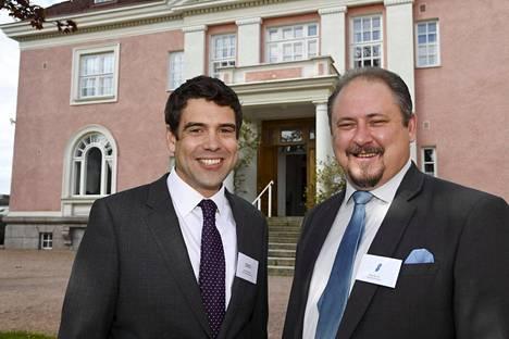 Tescon vähittäiskaupasta ja viennistä vastaava johtaja Richard Stratton ja kaupallinen johtaja Ilkka Alarotu puhuivat tiedotustilaisuudessa Britannian suurlähettilään residenssissä Helsingissä.