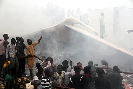 Ihmiset kerääntyivät lento-onnettomuuden jälkeen turmapaikalle Lagosissa.