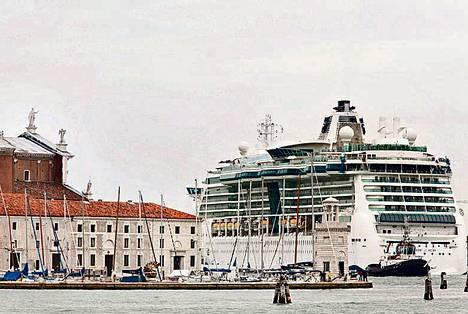 Serenade of the Seas -risteilyalus kulki läpi Venetsian keskustan lokakuun alussa.