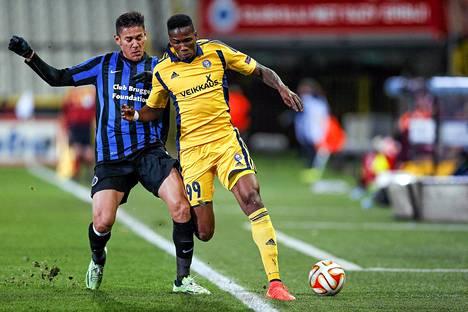 Bruggen Oscar Duarte taklasi HJK:n hyökkääjää Macoumba Kandjia (oik.) Eurooppa-liigan lohkovaiheen viimeisessä ottelussa.