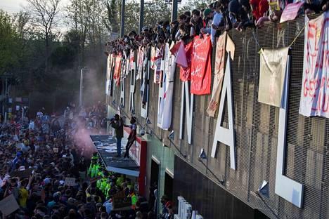 Superliiga aiheutti isoja mielenosoituksia Britanniassa. Arsenal-fanit osoittivat mieltään Lontoossa 23. huhtikuuta.