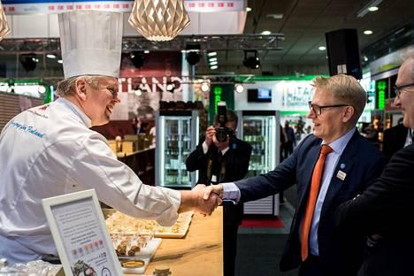 Kokki Kim Palhus esitteli maatalous- ja ympäristöministeri Kimmo Tiilikaiselle Suomen messuosastoa Berliinissä Grüne Woche -elintarvikemessuilla, joille osallistui myös kymmenkunta suomalaisyritystä.
