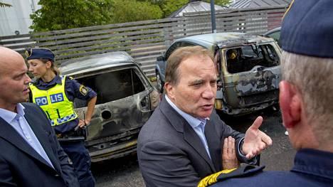 Ruotsin pääministeri Stefan Löven vieraili autojen polttopaikalla Göteborgissa tiistaina.