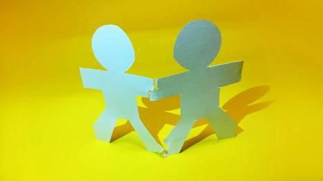 Jos ystävä käyttää ystävyyttäsi hyväksi, voi olla aika miettä ystävyyden jatkumista. Ystäviä poisvalitaan jatkuvasti, sanoo ystävyyttä tutkinut Katariina Salmela-Aro.