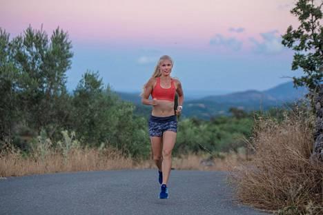 Noora Honkala lenkillä kotimaisemissaan Kreikassa.
