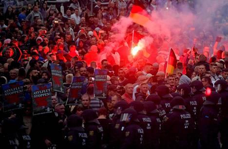 Äärioikeisto marssi kaduilla Saksan Chemnitzissä maanantaina.