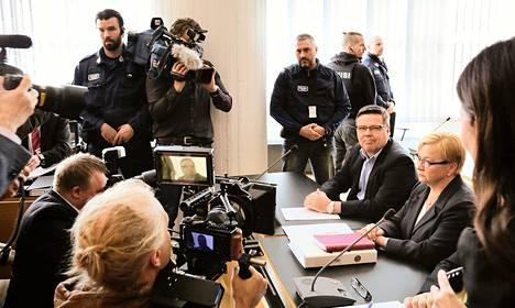 Jari Aarnio on syytteessä vielä 26 rikoksesta, joista vakavimmat ovat törkeitä huumausainerikoksia. Niiden käsittely alkaa oikeudessa torstaina. Jutussa järjestettiin toukokuussa valmisteluistunto. Aarnion vierellä on hänen asianajajansa Riitta Leppiniemi.