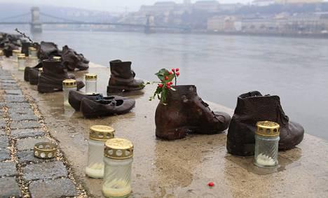 Toisen maailmansodan joukkomurhien uhreja muisteltiin Budapestissä Tonavan rannalla tiistaina.