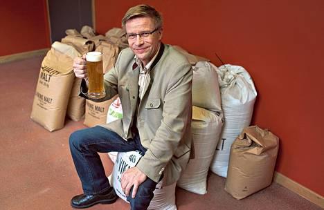 Pienpanimoiden tuotteiden kysyntä on kasvanut kymmenen vuoden ajan, sanoo pienpanimoliiton puheenjohtaja Pekka Kääriäinen hiljattain Helsingin keskustaan avatussa Bryggeri-ravintolassa. Bryggeri valmistaa omia oluita. Maltaita säilytetään säkeissä.