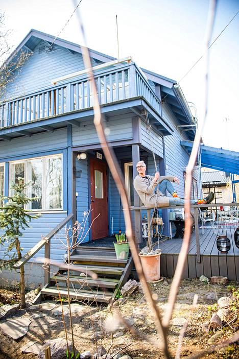 """""""On helpompaa olla luova, kun on tilaa ympärillä"""", Leo Kirjonen sanoo. Talo oli jo vuosia sitten ensinäkemältä sievä, mutta remontin tarpeessa."""