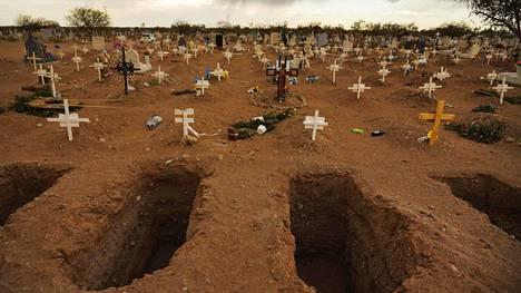 Uusia hautoja kaivettiin 23. maaliskuuta El Centinelan hautausmaalla Mexicalin kaupungissa Meksikossa.