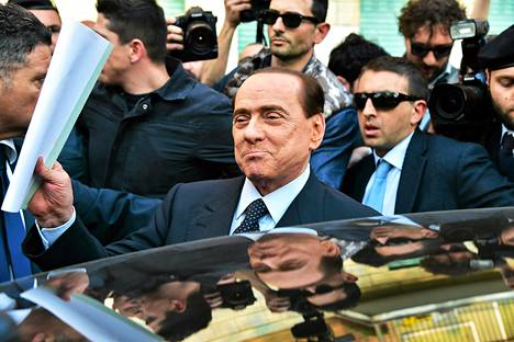 Silvio Berlusconi poistui Milanon oikeustalosta ilmoittauduttuaan yhteiskuntapalvelukseen kymmenen kuukauden ajaksi.