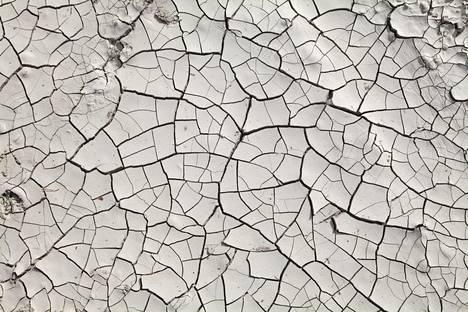 Ympäristöahdistus voi aiheutua itse koetusta ympäristön muutoksesta, kuten vakavasta kuivuudesta, tai median ympäristöuutisointia seuraamalla.