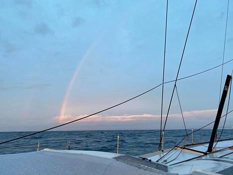 Samalla kun aurinko laski, Ari Huuselan veneen toisella puolella näkyi sateenkaari.