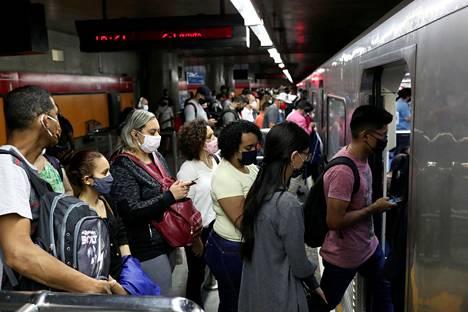 Ihmisiä ruuhkaisella metroasemalla São Paulossa torstaina.